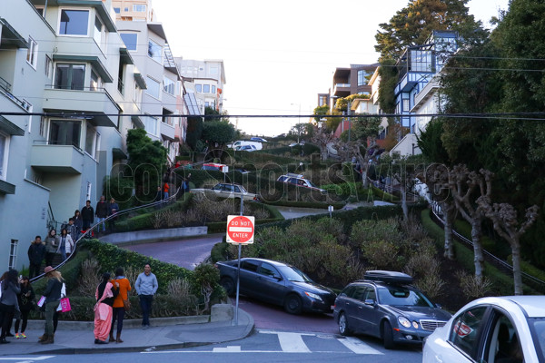 31 JAN 2016:  San Francisco's very crooked and busy Lombard Street full of cars and tourists 1 week before Super Bowl 50. (Photo by Rich Graessle/Icon Sportswire)