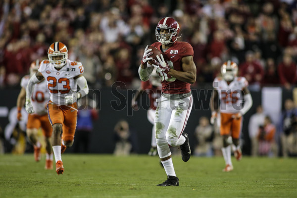 TAMPA, FL - JANUARY 09: Alabama Crimson Tide tight end O.J. Howard (88) hauls in a touchdown pass during the College Football Playoff National Championship game between the Alabama Crimson Tide and the Clemson Tigers on January 9, 2017, at Raymond James Stadium in Tampa, FL. (Photo by David Rosenblum/Icon Sportswire)