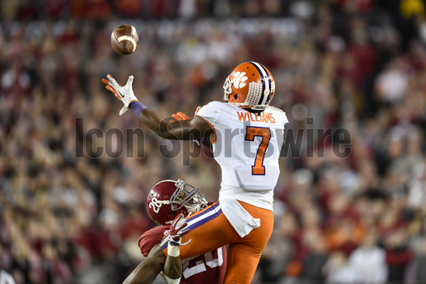 TAMPA, FL - JANUARY 09: Clemson University wide receiver Mike Williams (7) makes a crucial catch for a first down whiled defended by University of Alabama defensive back Anthony Averett (28) during second half of the CFP National Championship game between the Alabama Crimson Tide and the Clemson Tigers on January 09, 2017, at Raymond James Stadium in Tampa, FL. Clemson defeated Alabama 35-31to win the National Championship. (Photo by Roy K. Miller/Icon Sportswire)