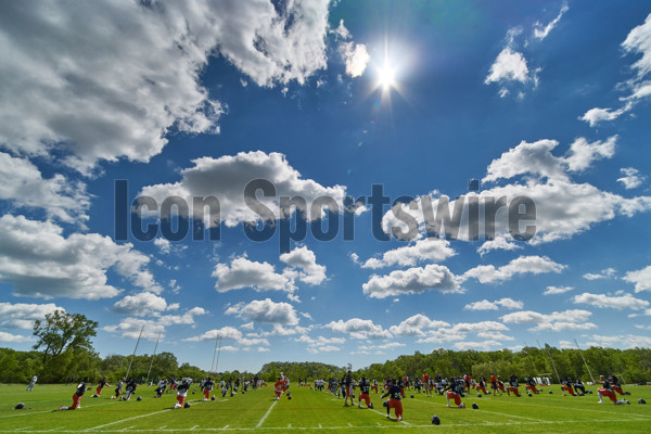 Lake Forest, IL - MAY 30: A general view of the practice field at Halas Hall while Chicago Bears players warm-up during the Bears team OTA workouts on May 30, 2017 at Halas Hall, in Lake Forest, IL.  (Photo by Robin Alam/Icon Sportswire)